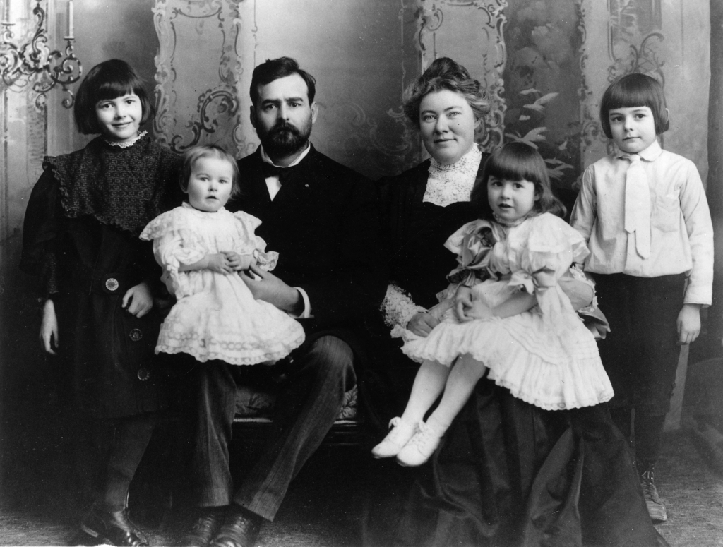 Ernest_Hemingway_with_Family,_1905